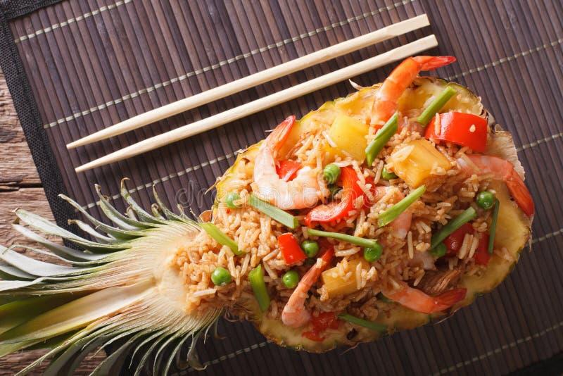 泰国食物:与虾、鸡和菠萝关闭u的炒饭 免版税图库摄影