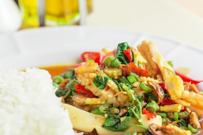 泰国食物:米用混乱油煎的海鲜和蓬蒿 库存照片