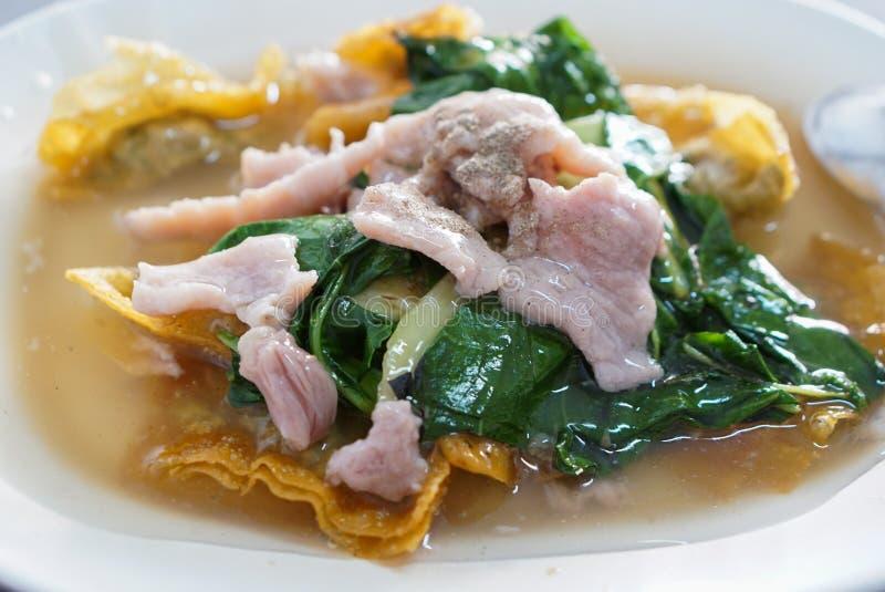 泰国食物-油煎的面条用猪肉和无头甘蓝 免版税库存照片