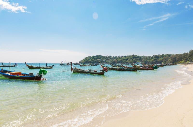 泰国,普吉岛海岛- 12月2017 20日:有tra的安达曼海 图库摄影