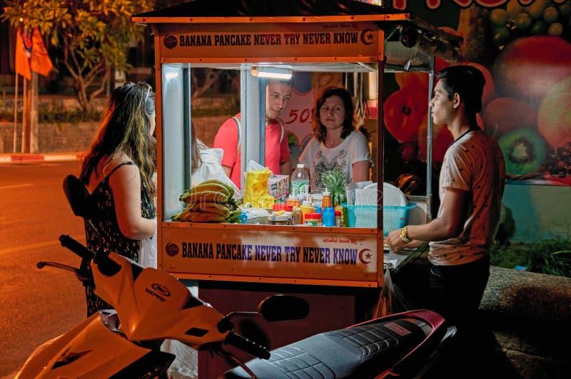 泰国,普吉岛, 2018年3月19日-便宜街道食物的概念在亚洲 卡车在夜街道上的贸易商薄煎饼 快餐买家 库存照片