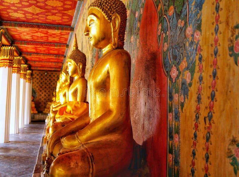 泰国,曼谷,金黄菩萨雕象,在河的寺庙 免版税库存照片