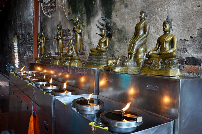 泰国,泰国人提供的油灯的传统和文化 库存图片