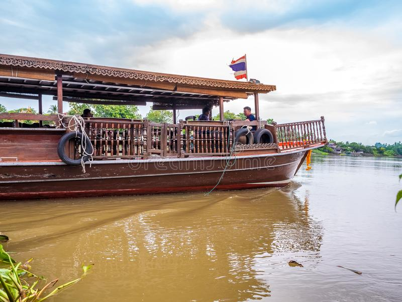 泰国, SAMUTSONGKHRAM - 6月17,2018 :传统泰国小船在近河在Amphawa浮动市场上tou的目的地 免版税库存图片