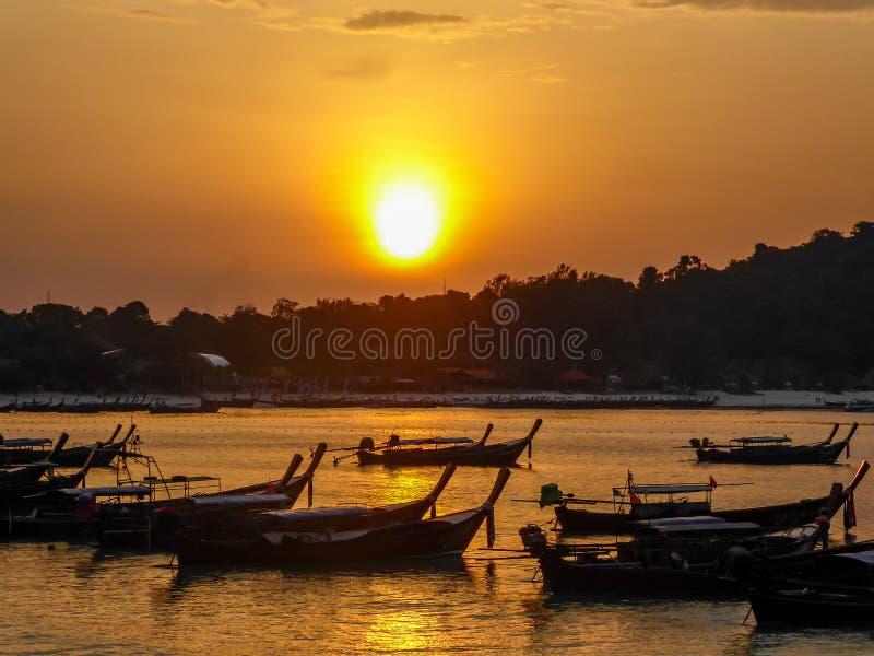 泰国-在海湾的小船 库存照片