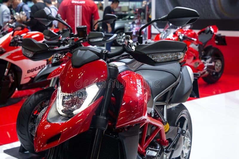 泰国- 2018年12月:在马达商展提出的红色杜卡迪摩托车的关闭暖武里泰国 免版税库存图片