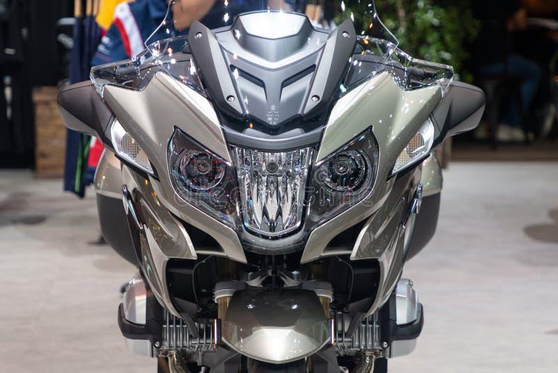 泰国- 2018年12月:接近的头聚光BMW R 1200 RT摩托车正面图在马达商展出席的暖武里泰国 免版税图库摄影