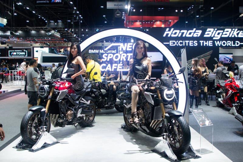 泰国- 2018年12月:摆在本田钶摩托车的俏丽的女孩在马达商展暖武里泰国出席 免版税库存照片
