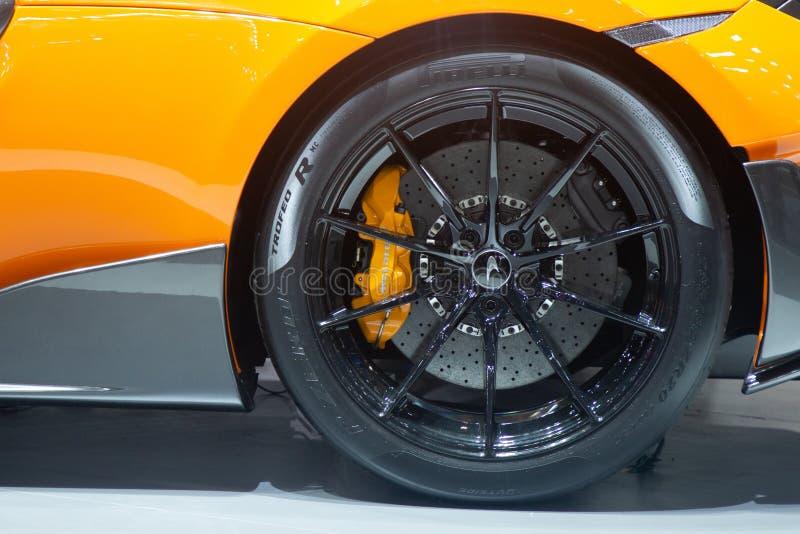 泰国- 2018年12月:迈凯轮720S超级跑车轮胎和闸圆盘的关闭在马达商展提出的暖武里泰国 库存图片