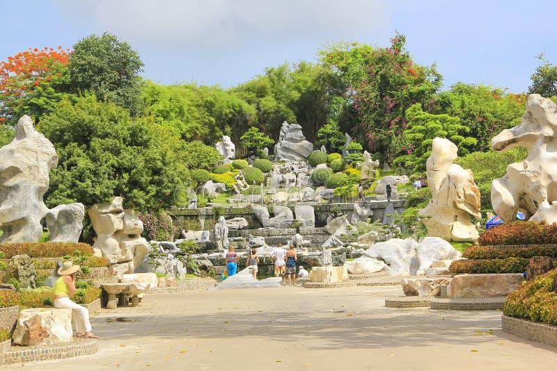 泰国2011 5月5日,百万年向公园芭达亚鳄鱼农场,夏天风景扔石头 图库摄影