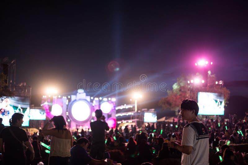 泰国- 11月24日-享受音乐会的拥挤人民在音乐节在2017年11月24日的泰国 库存图片