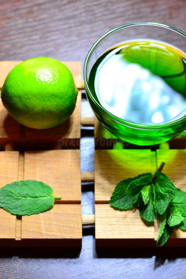 泰国绿茶、新鲜水果、石灰和薄菏生叶 免版税库存图片