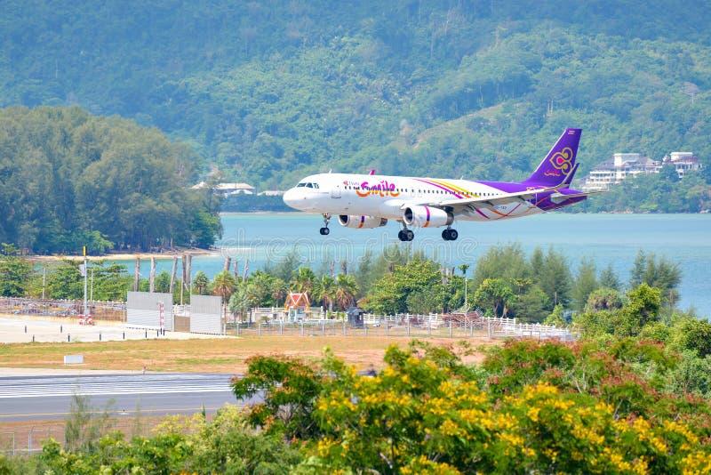 泰国- May6, 2016年:登陆在布吉国际机场的泰国微笑空中航线空中客车A320航空器在晴天 图库摄影