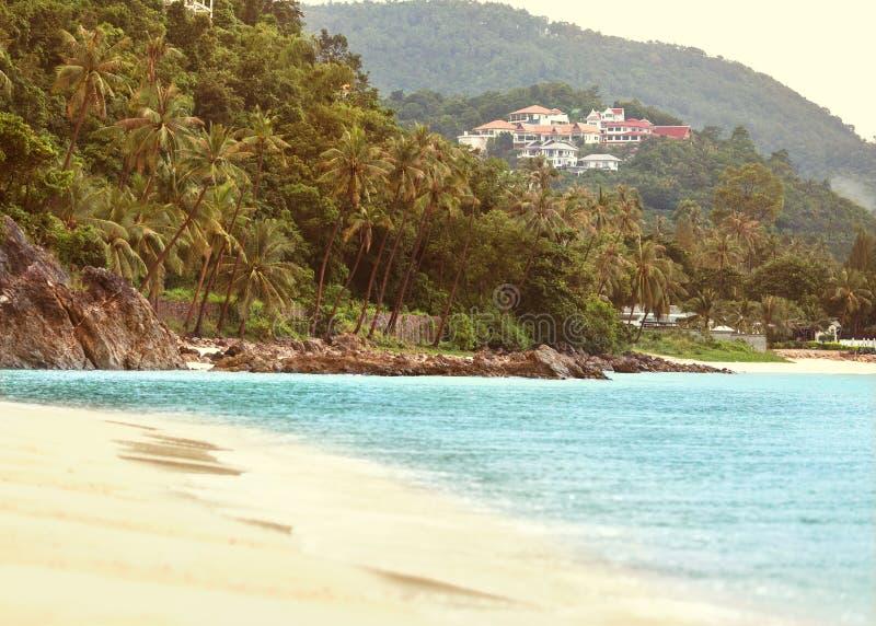 泰国` s海岸由棕榈树和旅馆围拢 库存图片