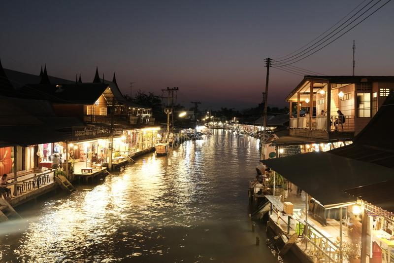 泰国Amphawa浮动市场在晚上 库存图片