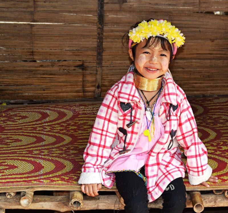 泰国Kayan女长颈鹿女为游客摆姿势 库存图片