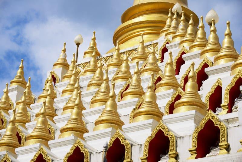 泰国Mae Sot, Tak, Mani Phraison寺附近的Samphutthe chedi 库存照片
