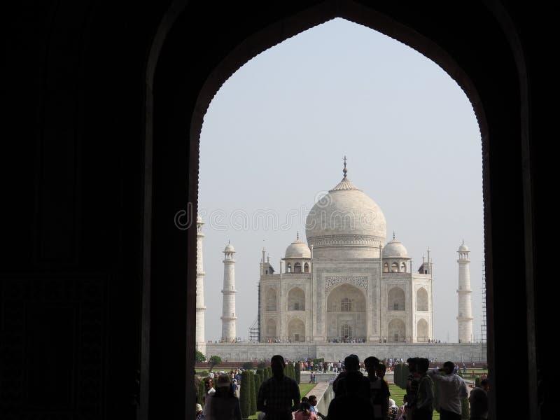 泰姬陵,阿格拉,印度,在入口的曲拱对陵墓 图库摄影