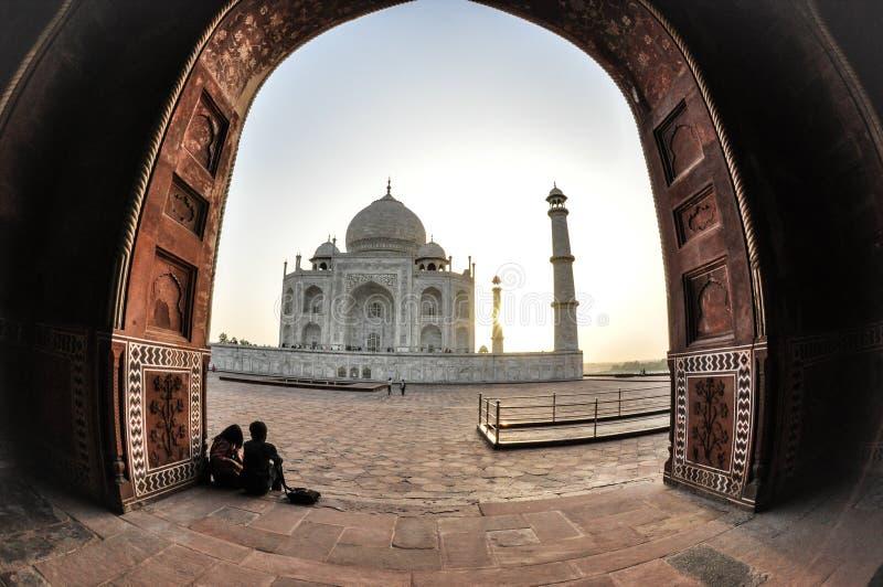 泰姬陵,年轻夫妇,阿格拉印度 免版税库存图片