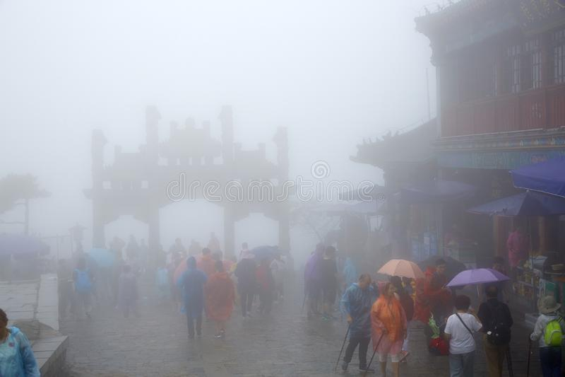 泰山历史建筑在雨,山东,中国中 免版税库存图片