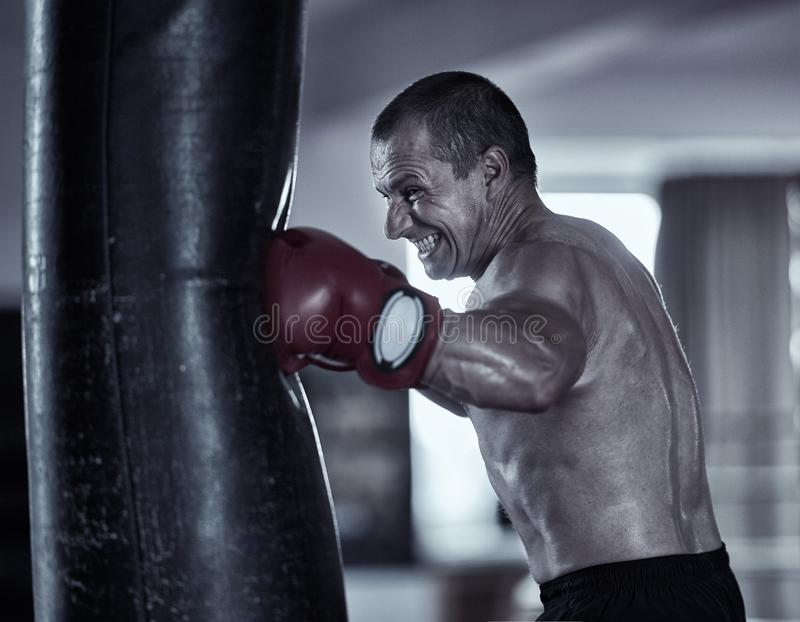 泰拳与重的袋子的战斗机工作 库存图片