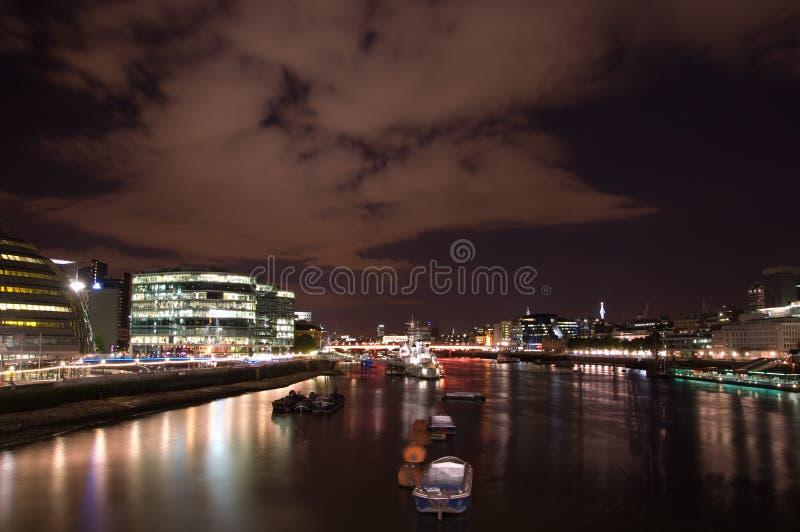 泰晤士在晚上 库存照片