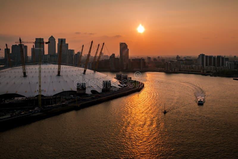泰晤士河、北部格林威治和港区鸟瞰图日落的 免版税库存照片