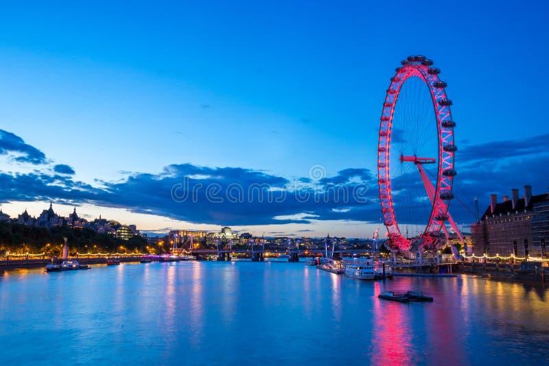 泰晤士河和伦敦眼在晚上 免版税图库摄影