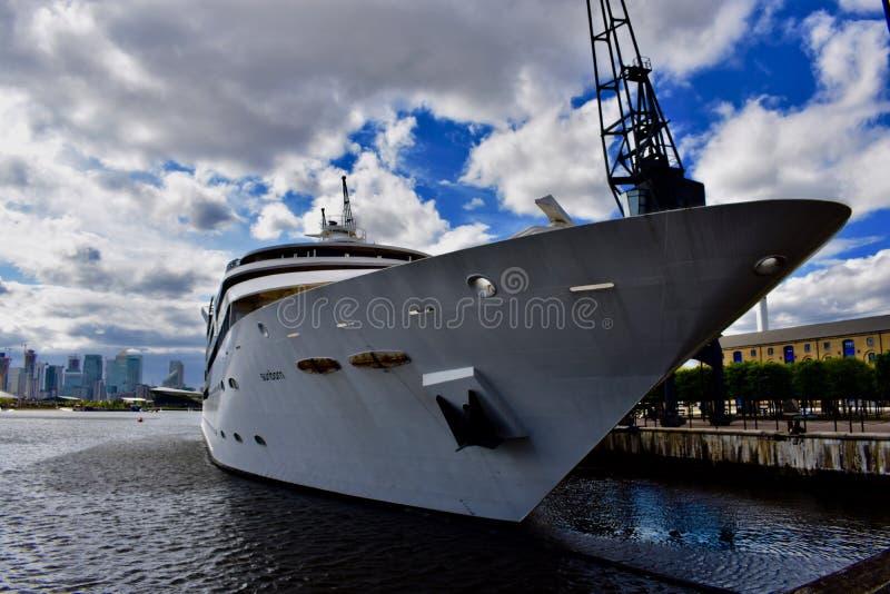 泰晤士河和游艇 免版税库存照片