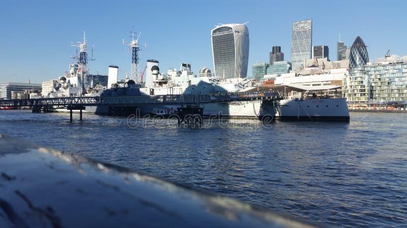 泰晤士河和游轮 免版税库存照片