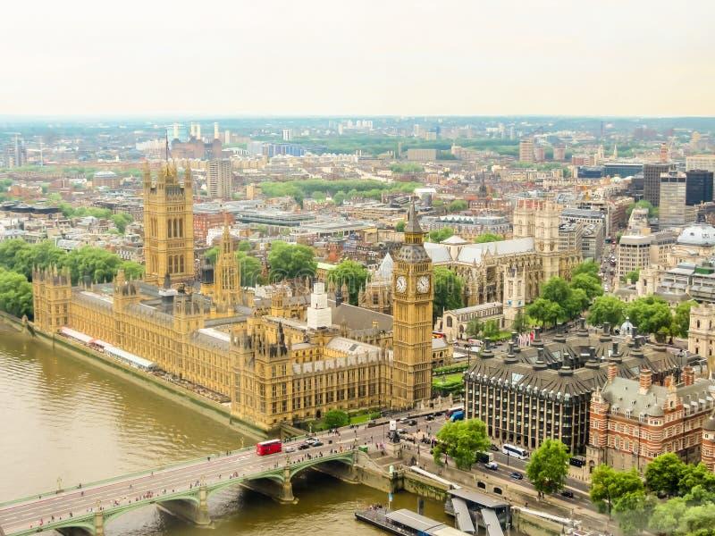 泰晤士河的鸟瞰图,议会,大本钟clocktower和威斯敏斯特桥梁议院  库存图片