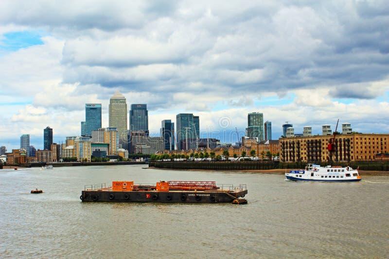泰晤士河金丝雀码头视图伦敦英国 免版税库存图片