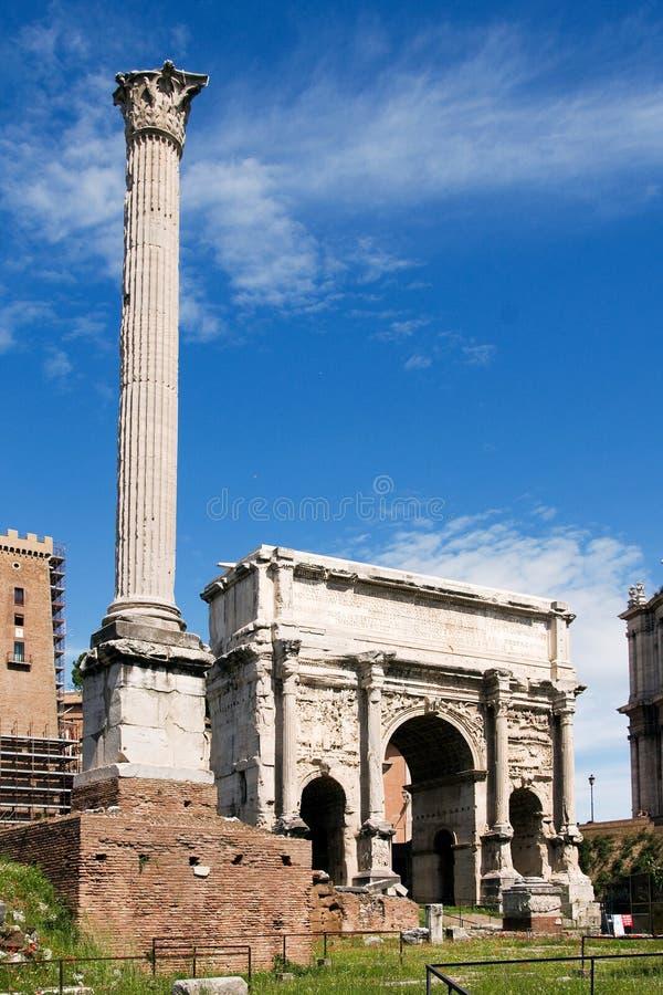 泰特斯凯旋门在罗马广场 库存照片