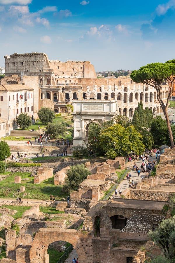 泰特斯古老曲拱罗马广场的反对罗马斗兽场,罗马 免版税库存图片