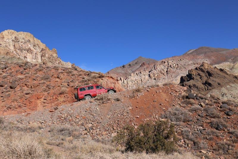 泰特斯的山谷路2014年11月丰田Landcruiser在死亡谷国家公园,加利福尼亚,美国 免版税库存图片