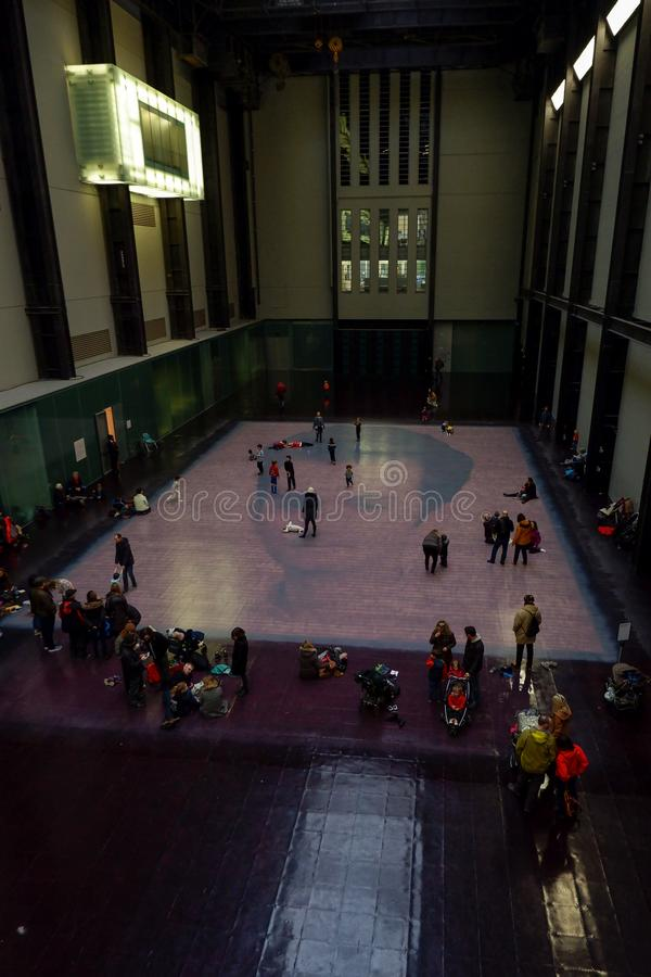 泰特现代艺术馆画廊的访客 库存图片