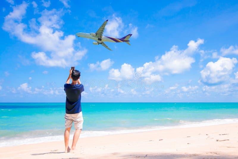 泰航着陆在普吉岛机场 库存图片