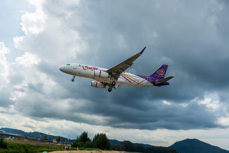 泰航空中客车A320在普吉岛机场,从泰国的检查站的照片登陆 图库摄影