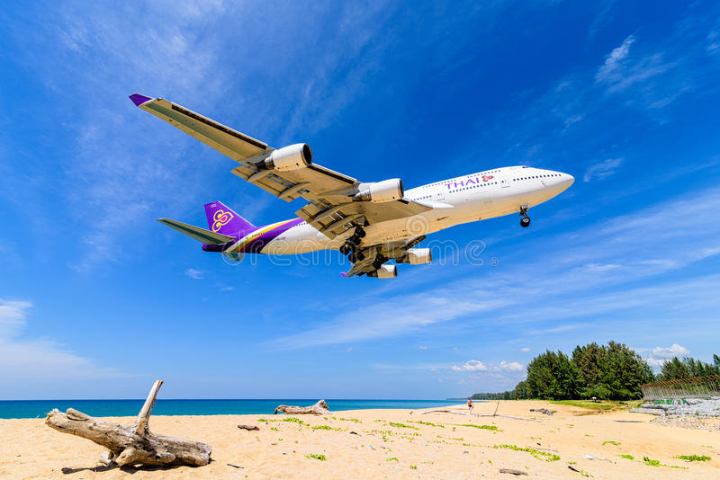 泰航飞机,波音747-400,登陆在普吉岛airpor 免版税库存照片