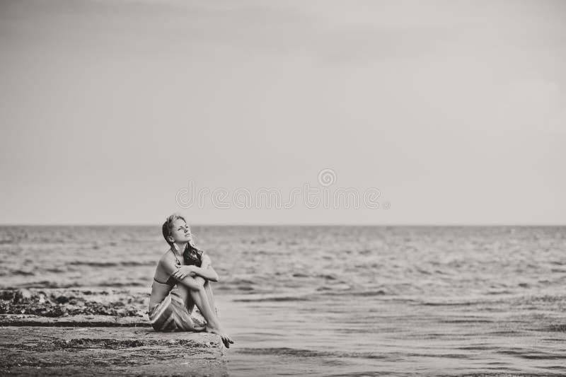 泳装的一个女孩在码头 免版税图库摄影