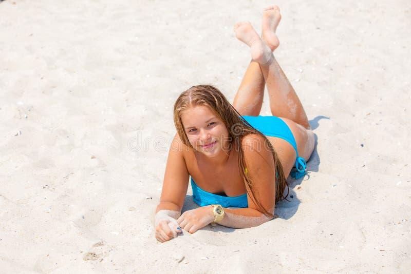 泳装的女孩在海滩 免版税库存照片