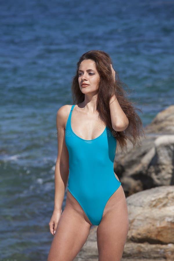 泳装的妇女在海滩 免版税库存照片