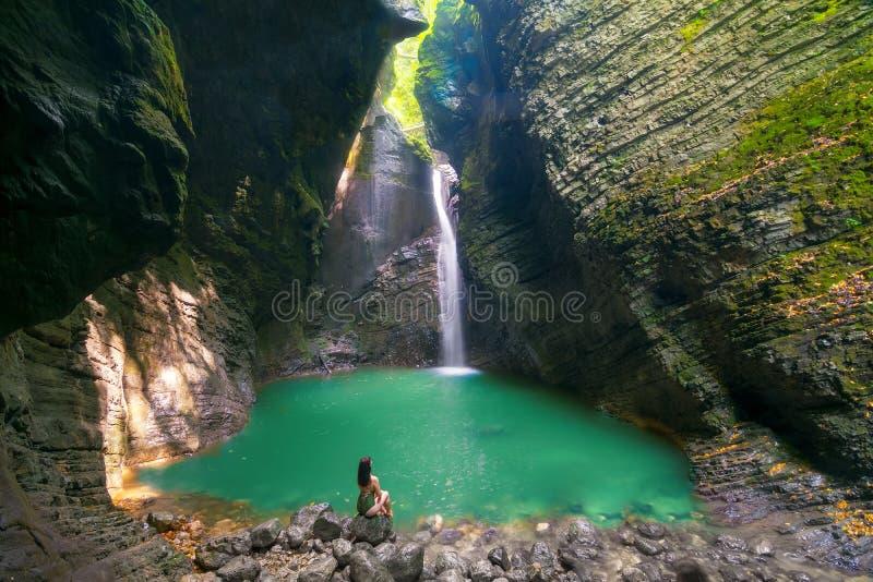 泳装的时兴的女孩在Kozjak瀑布,斯洛文尼亚前面放松 免版税库存照片