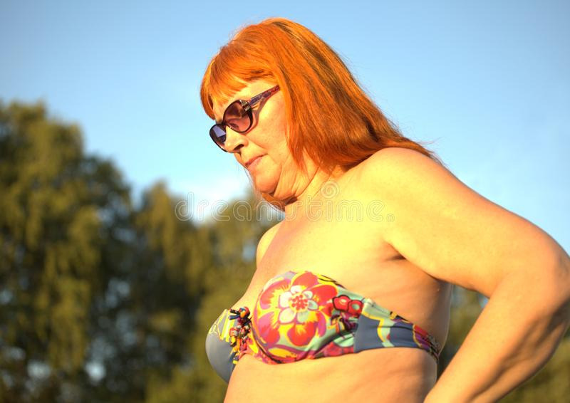 泳装的资深妇女 免版税库存照片