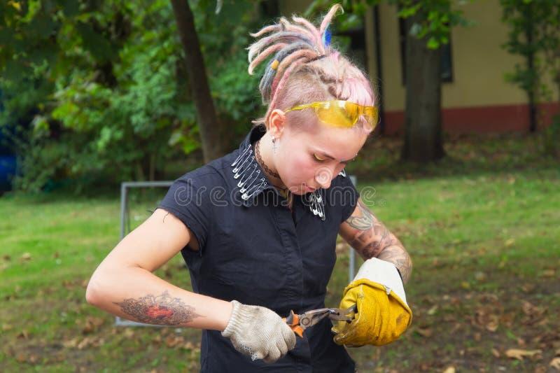 泽列诺格拉茨克,加里宁格勒地区,俄罗斯- 2018年9月08日:作为学徒铁匠的未知的可爱的女孩 库存照片