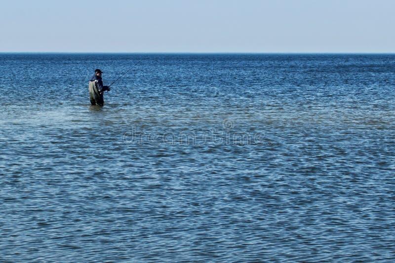泽列诺格拉茨克,加里宁格勒地区,俄罗斯- 2011年4月03日:单独渔夫钓鱼在波罗的海 免版税图库摄影