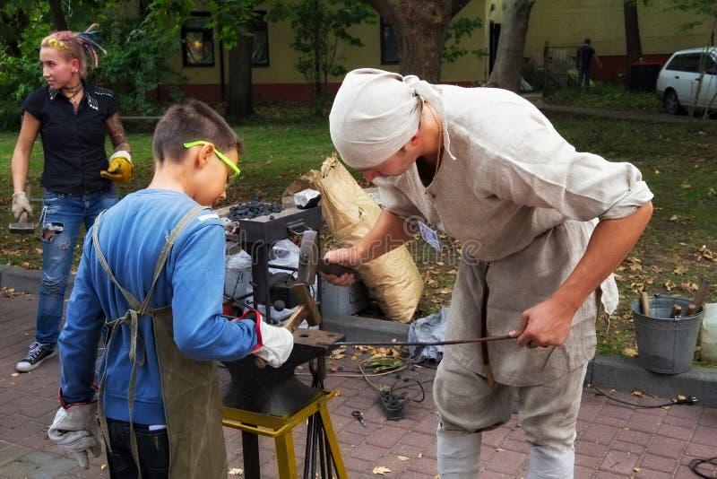 泽列诺格拉茨克,加里宁格勒地区,俄罗斯- 2018年9月08日:孩子和成人的街道车间在blacksmithing和艺术f 库存照片