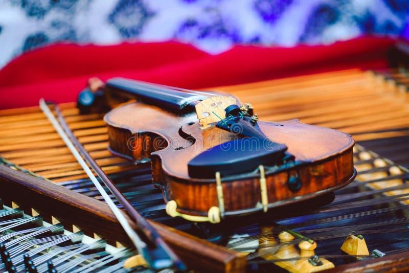 洋琴和小提琴有浅景深和选择聚焦的在小提琴的心脏 免版税库存照片