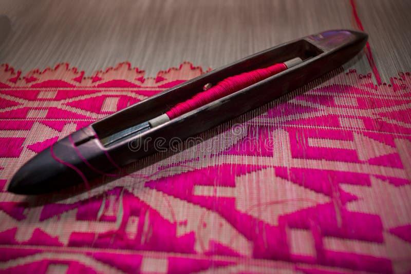 洋红色摇摆手摇纺织机卷Jamdani莎丽服 图库摄影