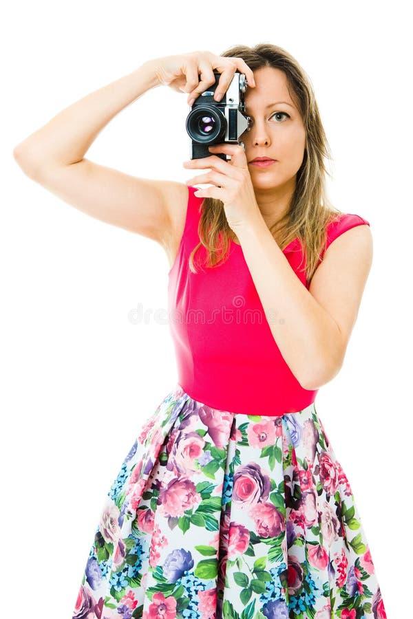 洋红色礼服的一位妇女摄影师有葡萄酒模式照相机的 库存照片